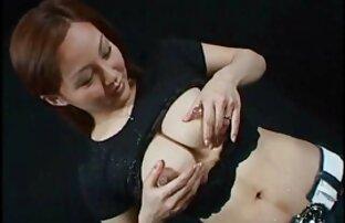 Egy lány két érett pinák tag számára egyszerre