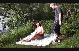 Vékony lány húzza a véres szex punci