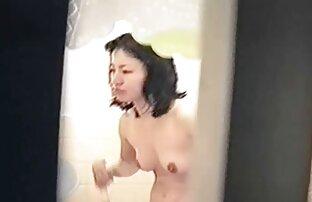 Egy súlyedző a női pornó csövet egy ügyfél szűk lyukába tette